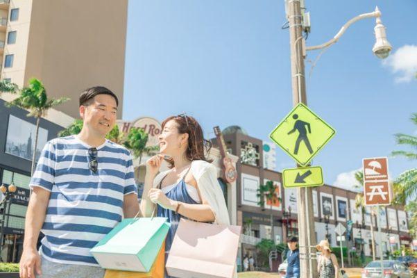 買い物をする外国人観光客