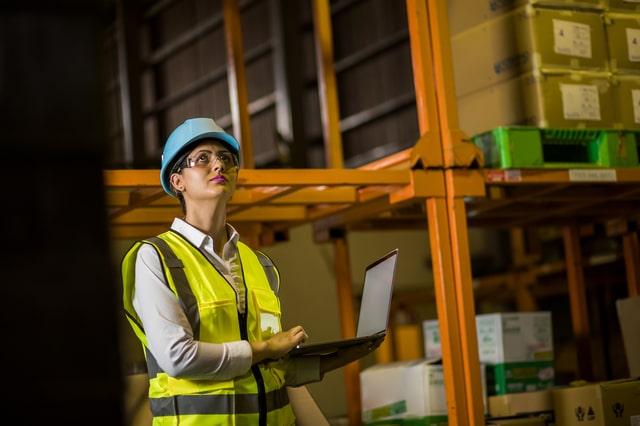 RFIDを倉庫で使用する女性