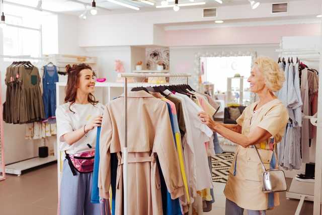 服を見る2人の女性