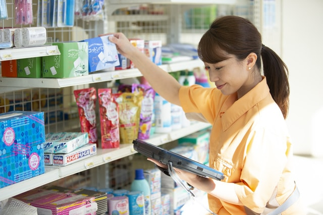 店舗管理をしている女性