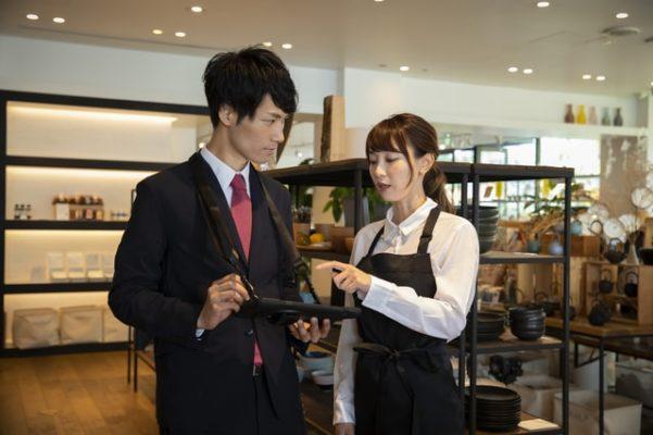 店舗管理システムを使う男女