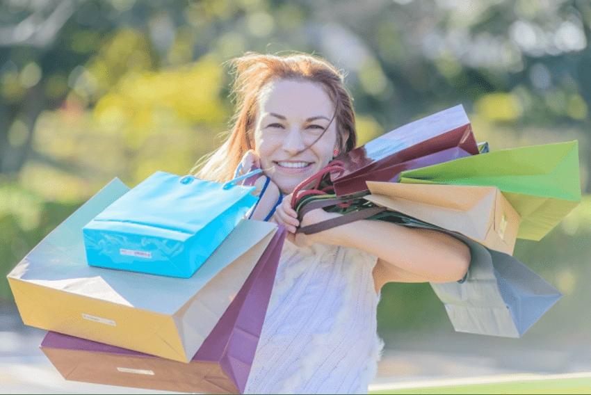 買い物する外国人客