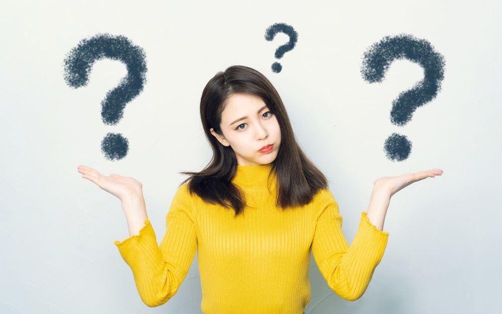 非課税と消費税について悩む女性