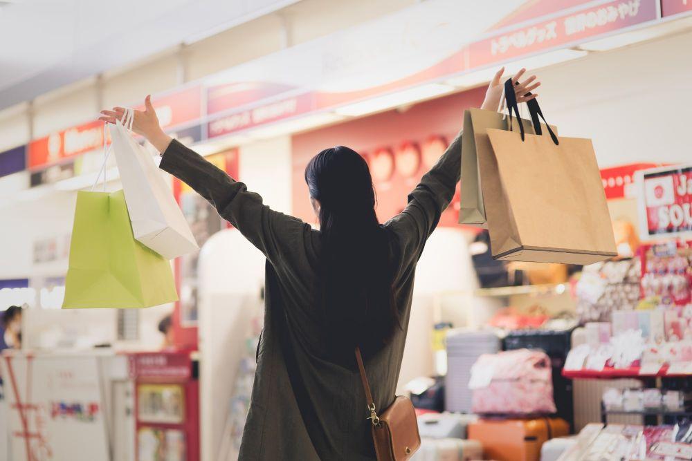 免税店でショッピングするイメージ