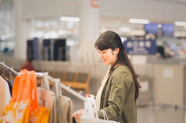 免税店で服を買う女性